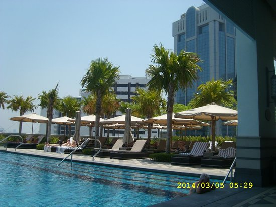 Eastern & Oriental Hotel: Sun loungers by the infinity pool