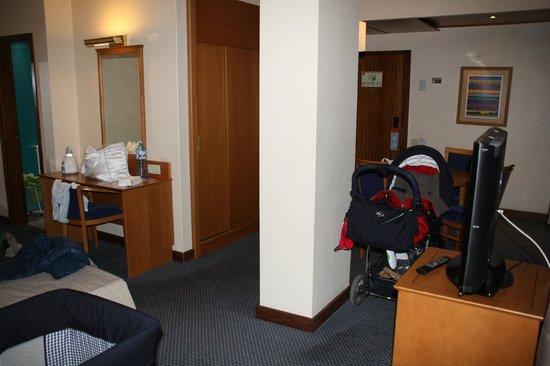 Hotel Fundador: entrada de la habitación con mesa de comedor.