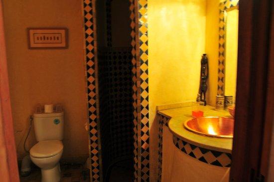 Riad Dar Skalli: bathroom