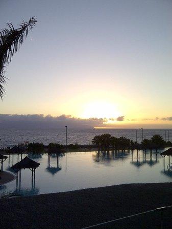 Gran Melia Palacio de Isora Resort & Spa: A romantic evening view across the Infinity Pool