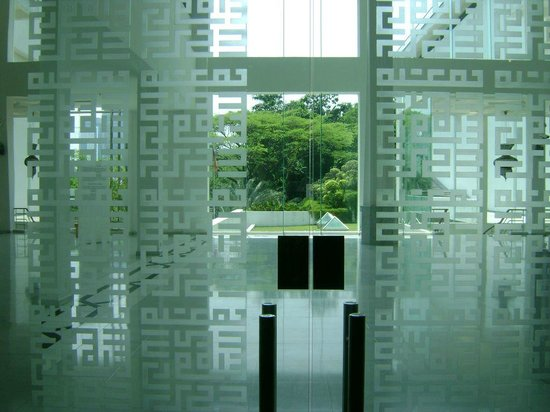 Musée des arts islamiques : View through the patterned glass wall at the 1st level