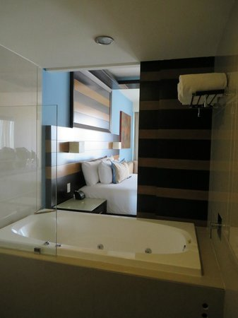 Secrets Huatulco Resort & Spa: Tub/shower area. The sliding door is open - you can see the ocean while showering