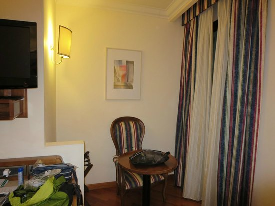 Hotel Laurus al Duomo: small nook with table and chair in front of window