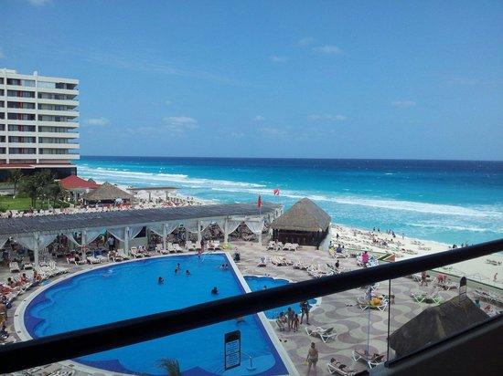 Crown Paradise Club Cancun: Vista desde el balcón de la habitación