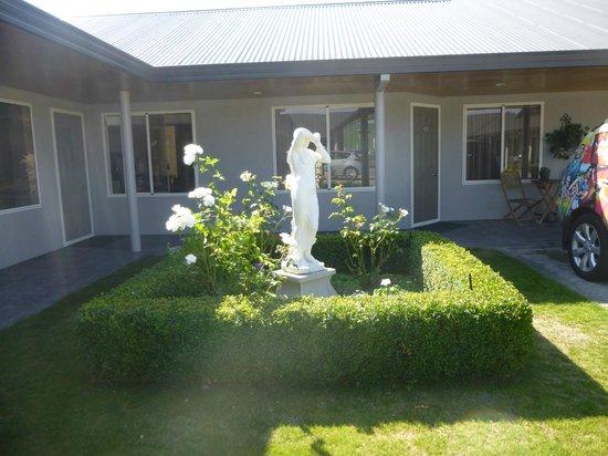 Destinations Motor Lodge: Pretty courtyard