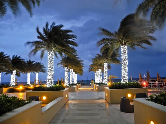 Marriott's BeachPlace Towers: Exiting to the pool, beach and outdoor lounge area
