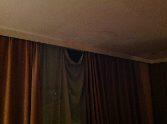 Top Tower Hotel Kigali: Broken curtain and damp