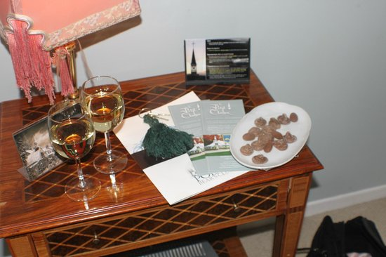 Le Petit Clocher : Welcome wine and Chocolates