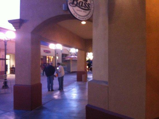 Desert Hills Premium Outlets: Ambiente amplo.