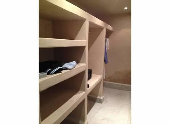 Dar Sabra Hotel Marrakech: Ample closet and shelving with built in safe