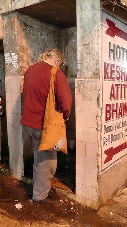 Hotel Krishna: Toilette vor dem Hotel, öffentlich !!!