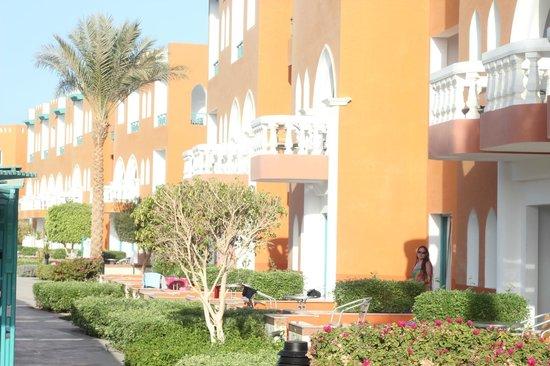 SUNRISE Garden Beach Resort -Select-: Жилой корпус с выходами к бассейну