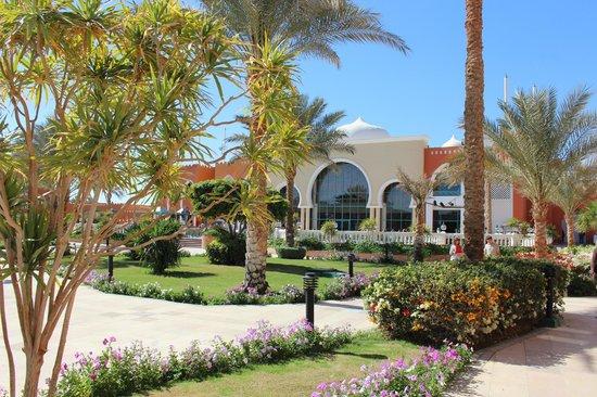 Sunrise Select Garden Beach Resort & Spa: Много зелени