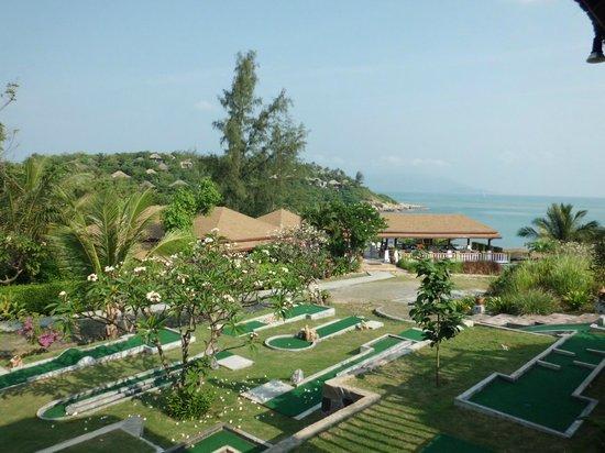 Arayaburi Boutique Resort: Вид из ресторана на мини гольф