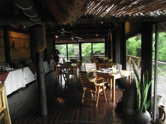 Makhasa Game Reserve and Lodge: Dining area and bar