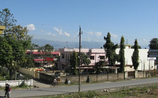 Hotel Queens Pearl Inn: View across the road towards the distant Himalayas