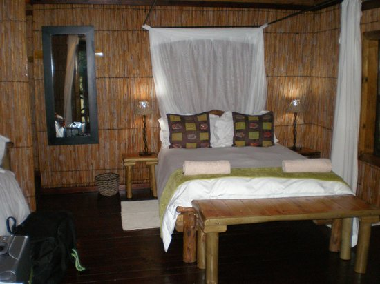 Makhasa Game Reserve and Lodge: Bed and effective mosquito net