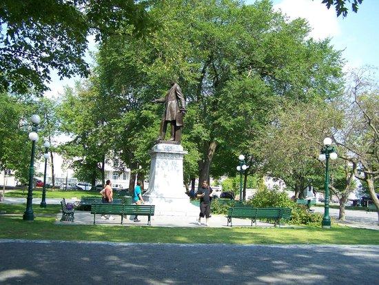 Lieu Historique National du Canada du Parc-Montmorency : Monument de Sir George-Étienne Cartier, l'un des Pères de la Confédération