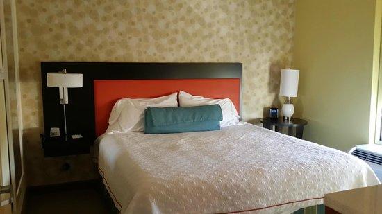 Home2 Suites Fayetteville: King Bedroom Suite