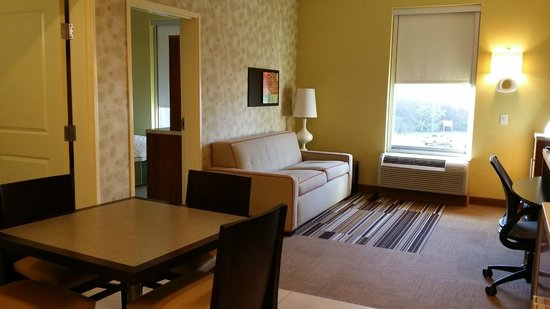 Home2 Suites Fayetteville: Living Room area with Dining Room Table