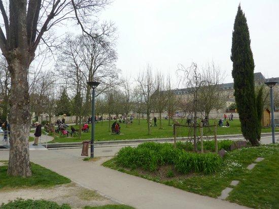 la grande pelouse photo de le parc philippe pinel le kremlin bic tre tripadvisor. Black Bedroom Furniture Sets. Home Design Ideas