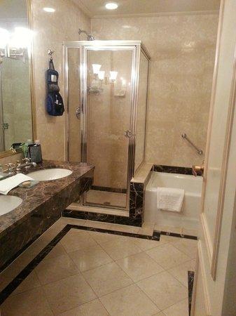 Avalon Hotel : BIG bathroom