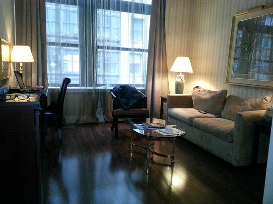 Avalon Hotel: Living room area.