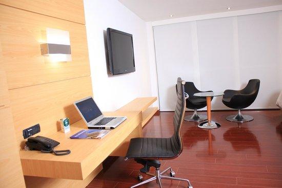 Hotel Club Campestre de Bucaramanga: Zona de trabajo dentro de la habitaciòn
