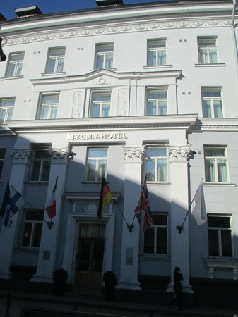 My City Hotel Tallinn: The hotel's facade (notice that you can't see the 5th floor - it's an attic)