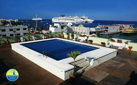 Hotel Plaza Cozumel: Rooftop pool with view of city pier