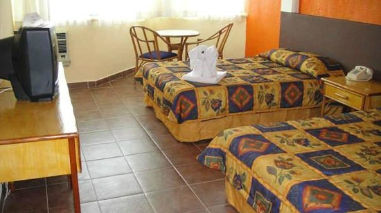 Hotel Plaza Cozumel: Room on front with table and chairs in room