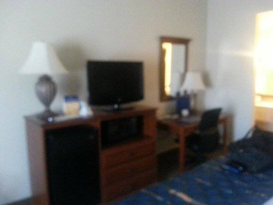 Quality Inn: TV and Desk Area