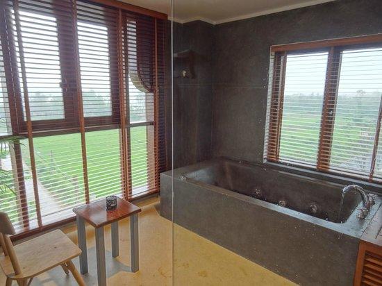 Essence Hoi An Hotel & SPA: Bathroom view in honeymoon suite