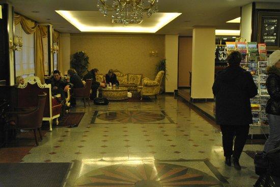 Hotel Sapphire: Холл
