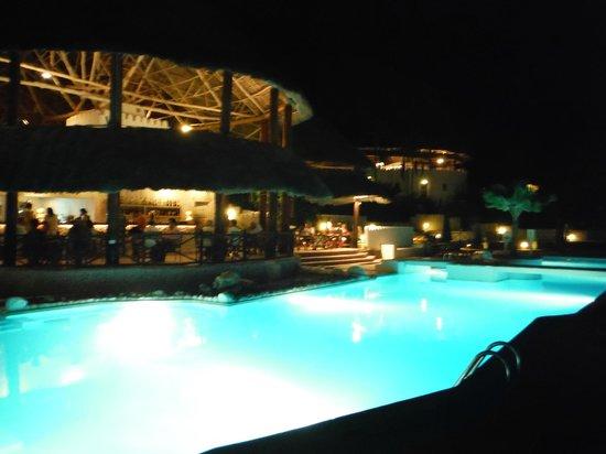 Diamonds Mapenzi Beach: le soir à la piscine