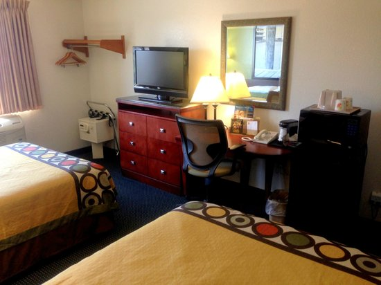 Super 8 Newport News/Jefferson Ave : Innovated Deluxe Double Two Beds