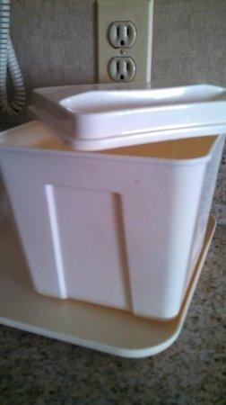 Comfort Inn & Suites : Dirty ice bucket