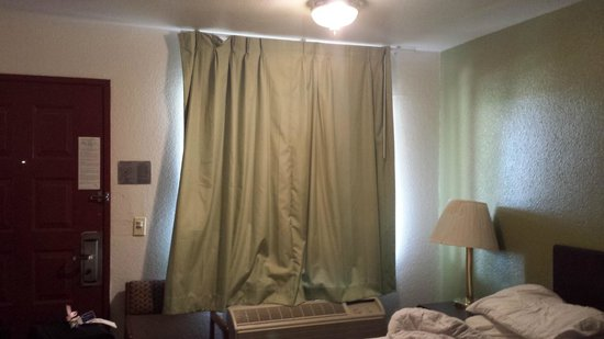 Travelodge Sacramento / Rancho Cordova: They didn't fit the window, just short