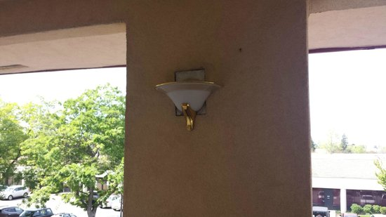 Travelodge Sacramento / Rancho Cordova: Fixture replaced but not finished