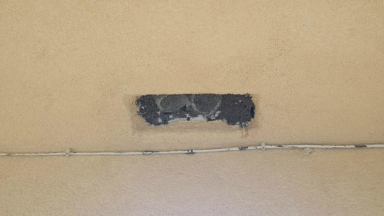 Travelodge Sacramento / Rancho Cordova: Vents by the stairwells outside of rooms