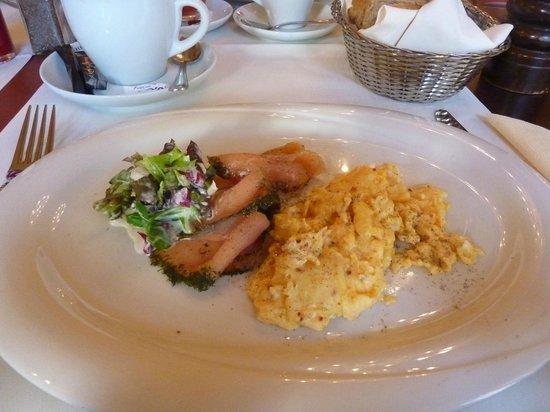 Schuhbeck's Orlando: Ruehrei mit Lachs