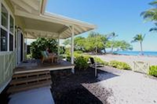 Lava Lava Beach Club Cottages: Cottage front with view of beach