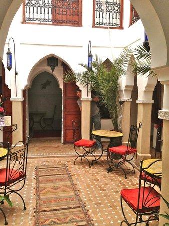 Riad Les Jardins Mandaline: Lounge / courtyard area