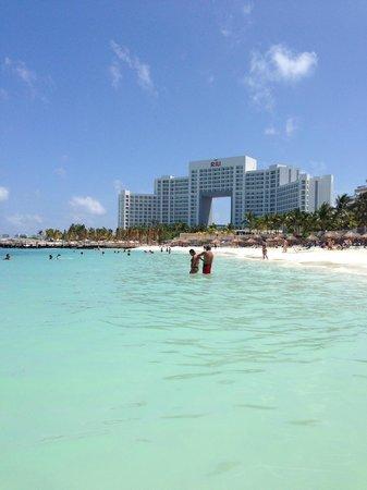 Hotel Riu Caribe: Beautiful Water and Riu Palce next door