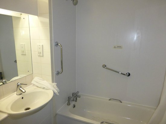 Travelodge London Battersea: Bathroom