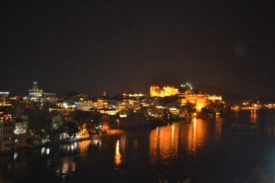 Karohi Haveli: Vue de nuit depuis la terrasse du restaurant