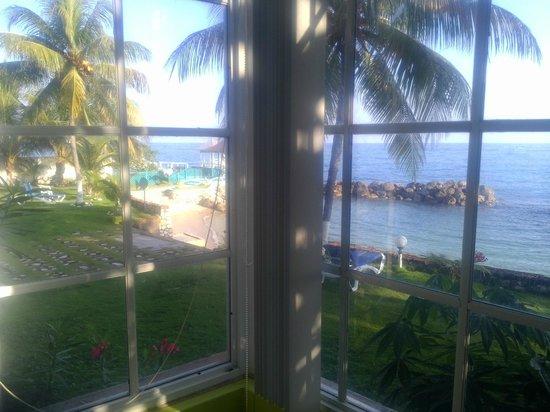 Chrisanns Beach Resort: Ocean front room bay window view