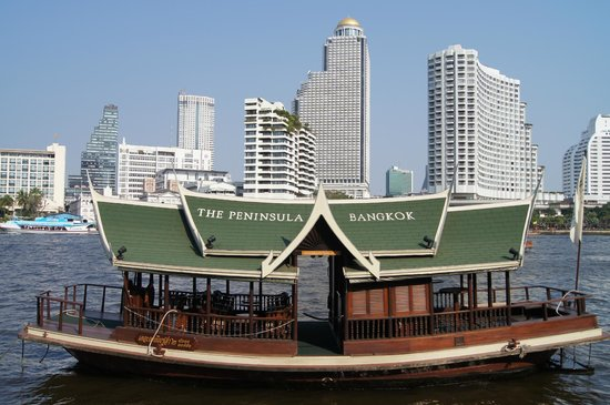 The Peninsula Bangkok : The boat to take us across the river