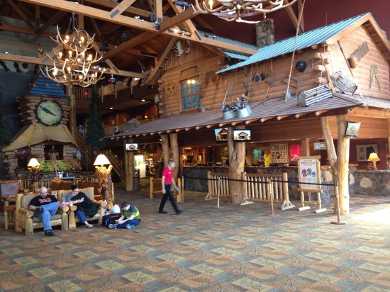 Great Wolf Lodge : Empty lobby but room not ready 4:10 PM
