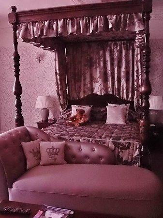 The Old Hall Hotel: marys bed, room 26